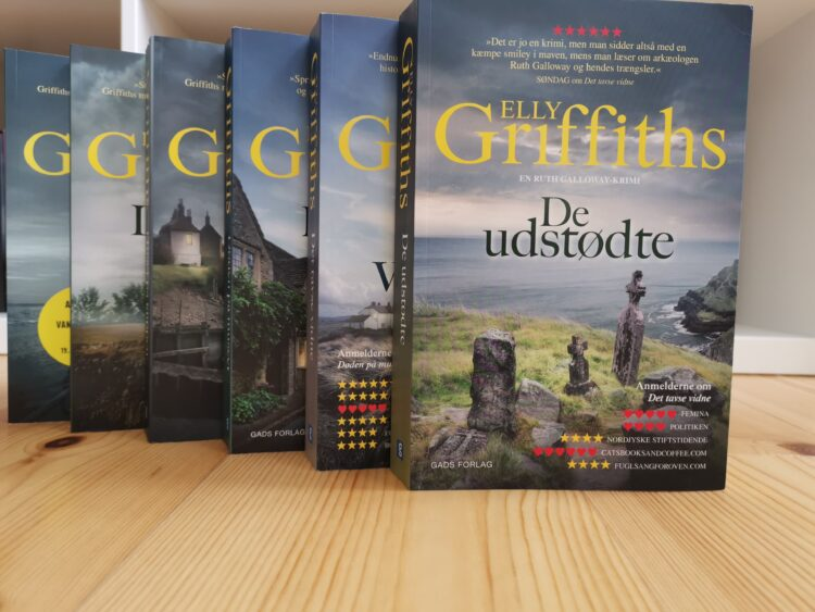 Anmeldelse af De udstødte af Elly Griffiths